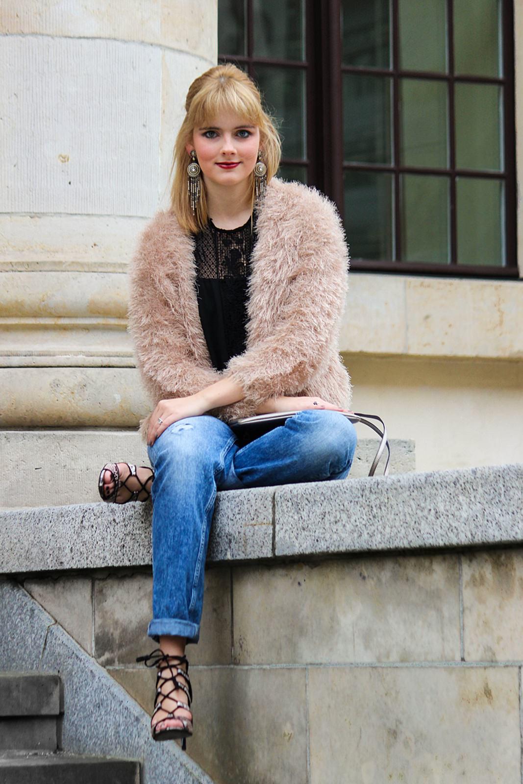 Des Belles Choses - Spot on snake print - Boyfriendjeans, fluffy jacket 7