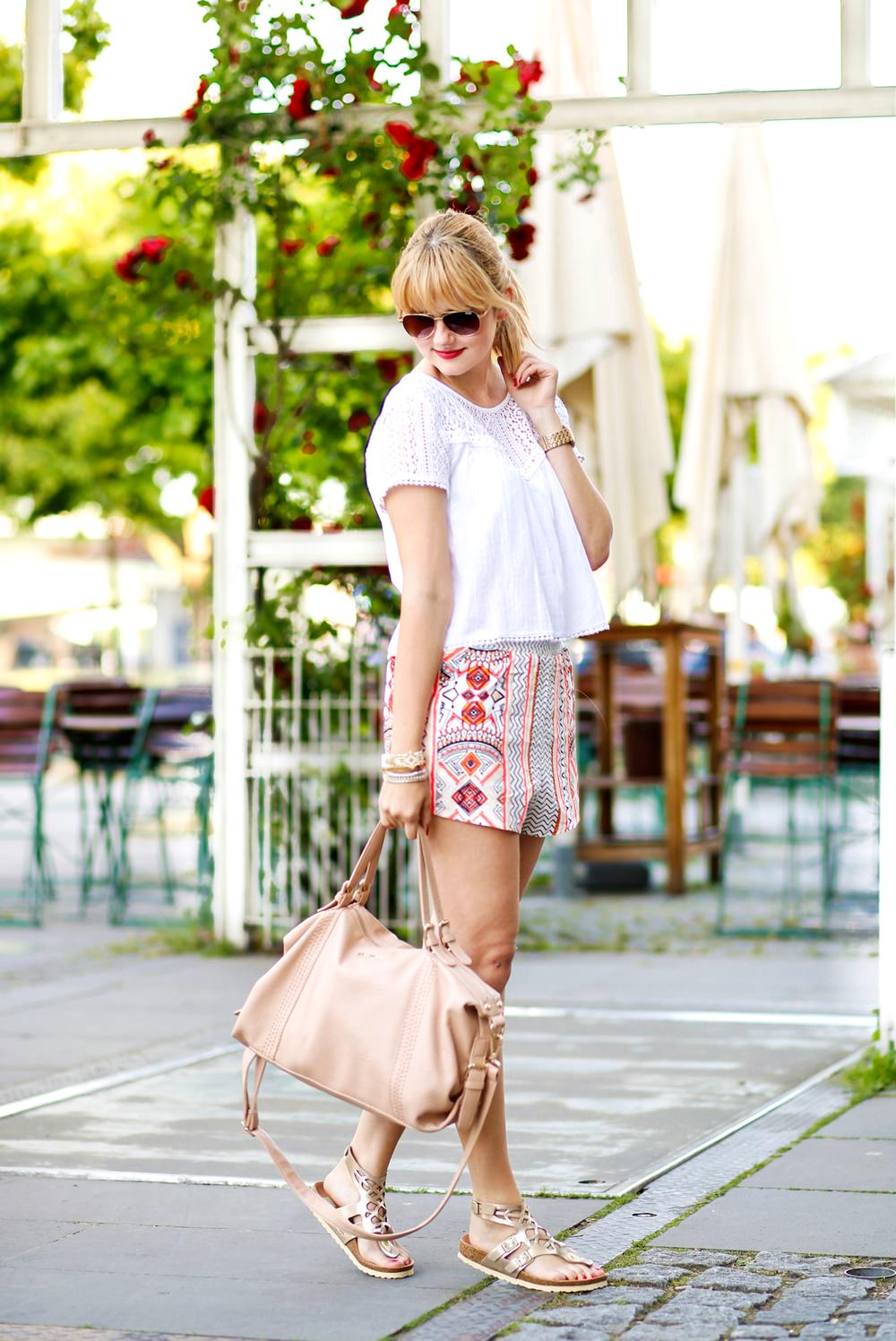 Des Belles Choses-Birkenstock Jakrta, Azteken-Shorts, weißes Spitzenshirt 1