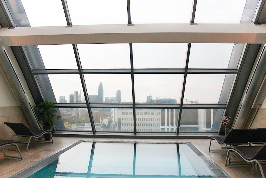 Radisson Blue Hotel Frankfurt - Blick auf den Pool