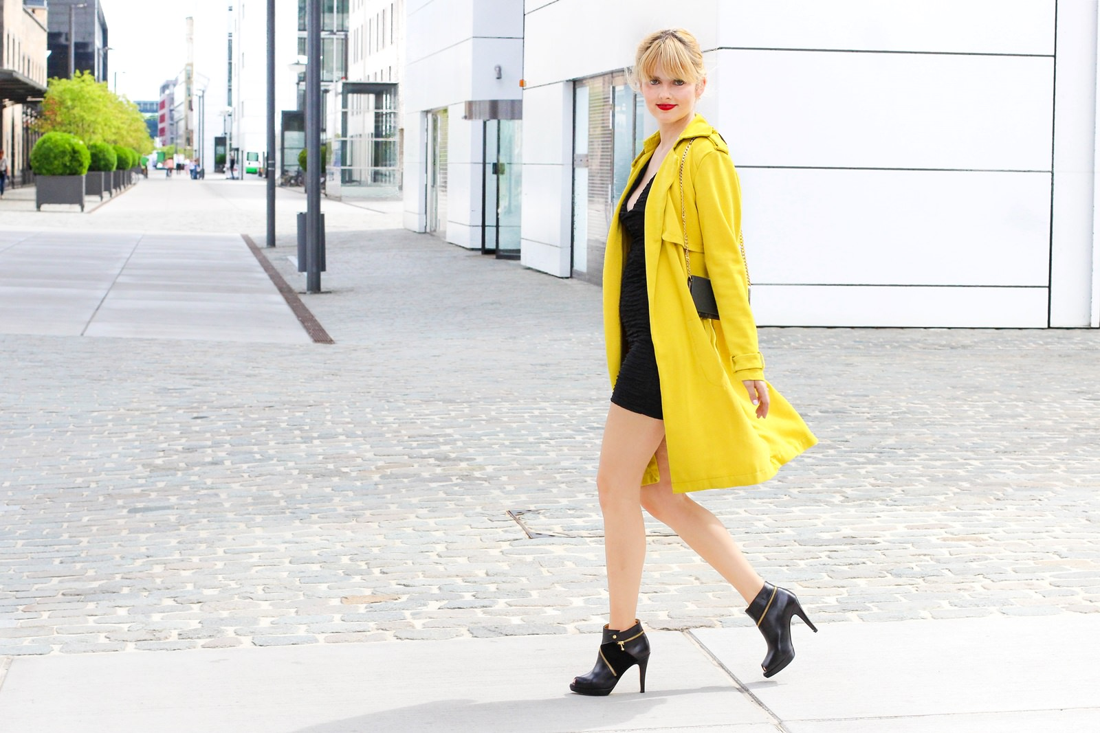desbelleschoses-glamour-in-knalligem-gelb-ausgehen-party-outfit-trenchcoat-kleines-schwarzes 10