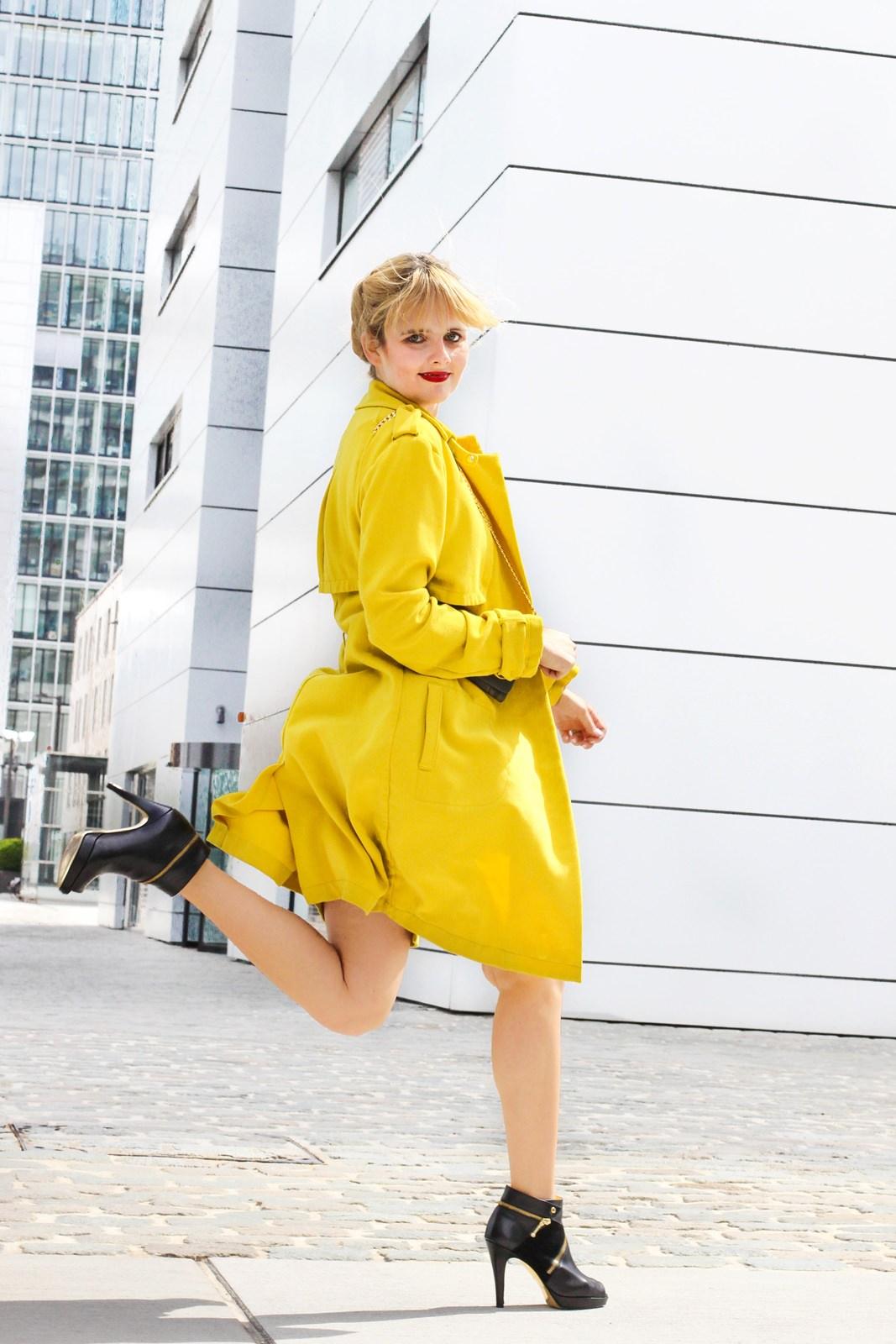 desbelleschoses-glamour-in-knalligem-gelb-ausgehen-party-outfit-trenchcoat-kleines-schwarzes 3