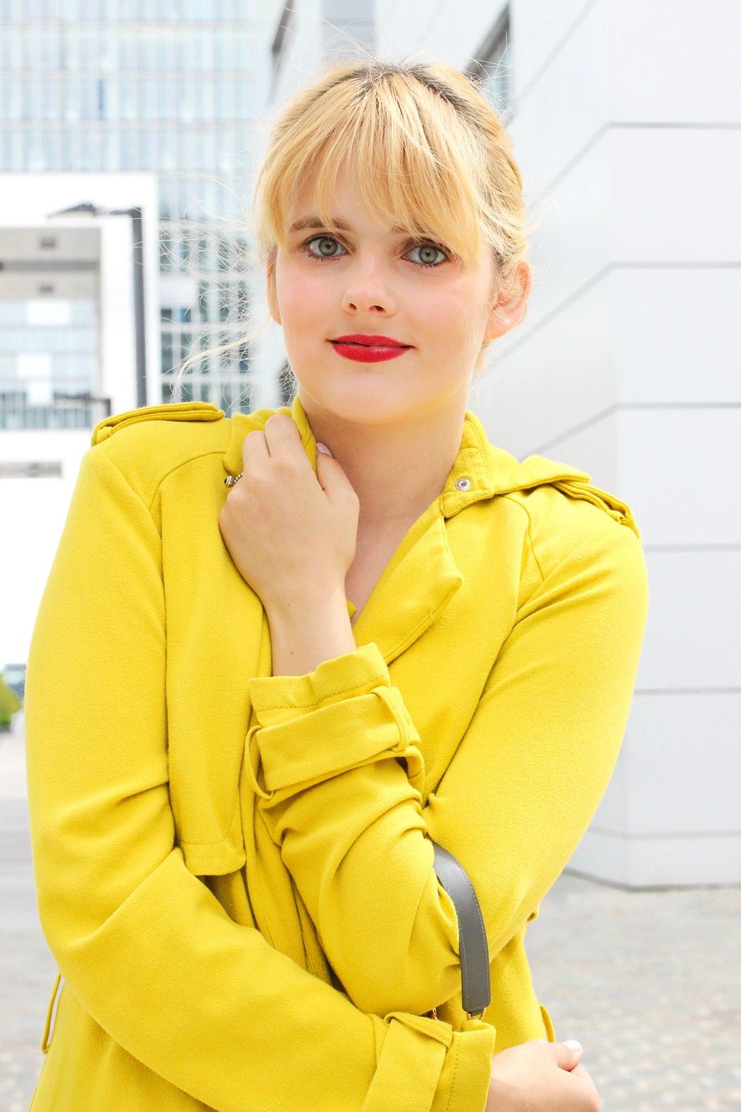desbelleschoses-glamour-in-knalligem-gelb-ausgehen-party-outfit-trenchcoat-kleines-schwarzes 5