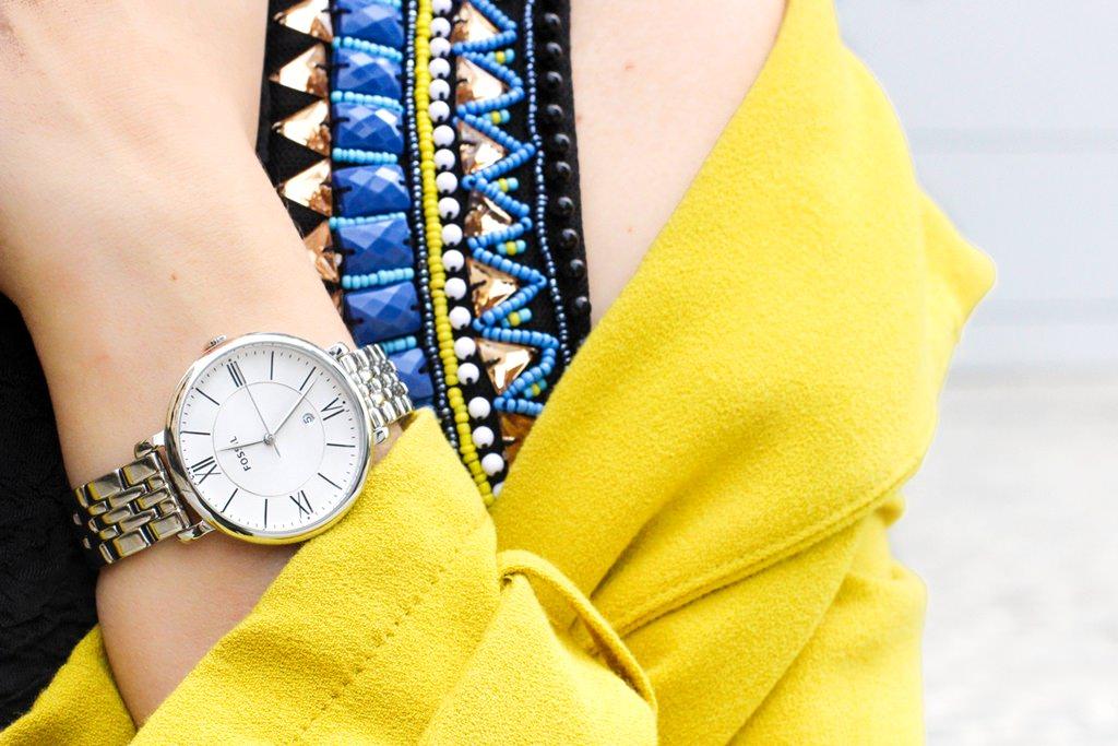 desbelleschoses-glamour-in-knalligem-gelb-ausgehen-party-outfit-trenchcoat-kleines-schwarzes 6