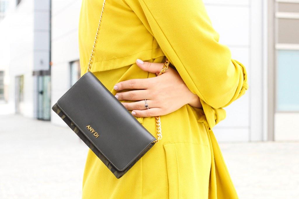 desbelleschoses-glamour-in-knalligem-gelb-ausgehen-party-outfit-trenchcoat-kleines-schwarzes 8
