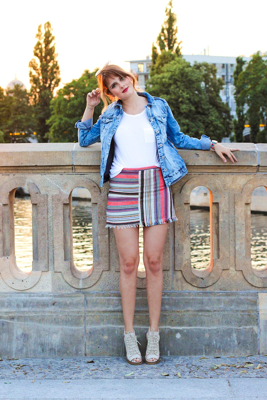 desbelleschoses-jeansjacke-runde-sonnenbrille-weißes-tshirt-sommer-berlin-museumsmeile 5