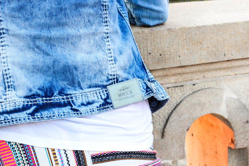 desbelleschoses-jeansjacke-runde-sonnenbrille-weißes-tshirt-sommer-berlin-museumsmeile 6
