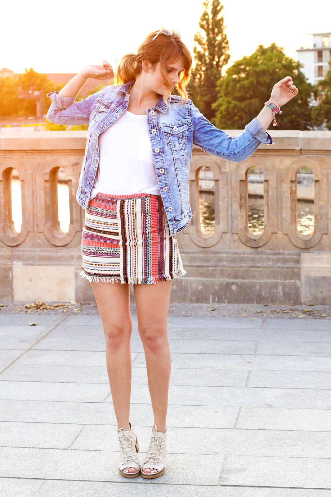 desbelleschoses-jeansjacke-runde-sonnenbrille-weißes-tshirt-sommer-berlin-museumsmeile 7