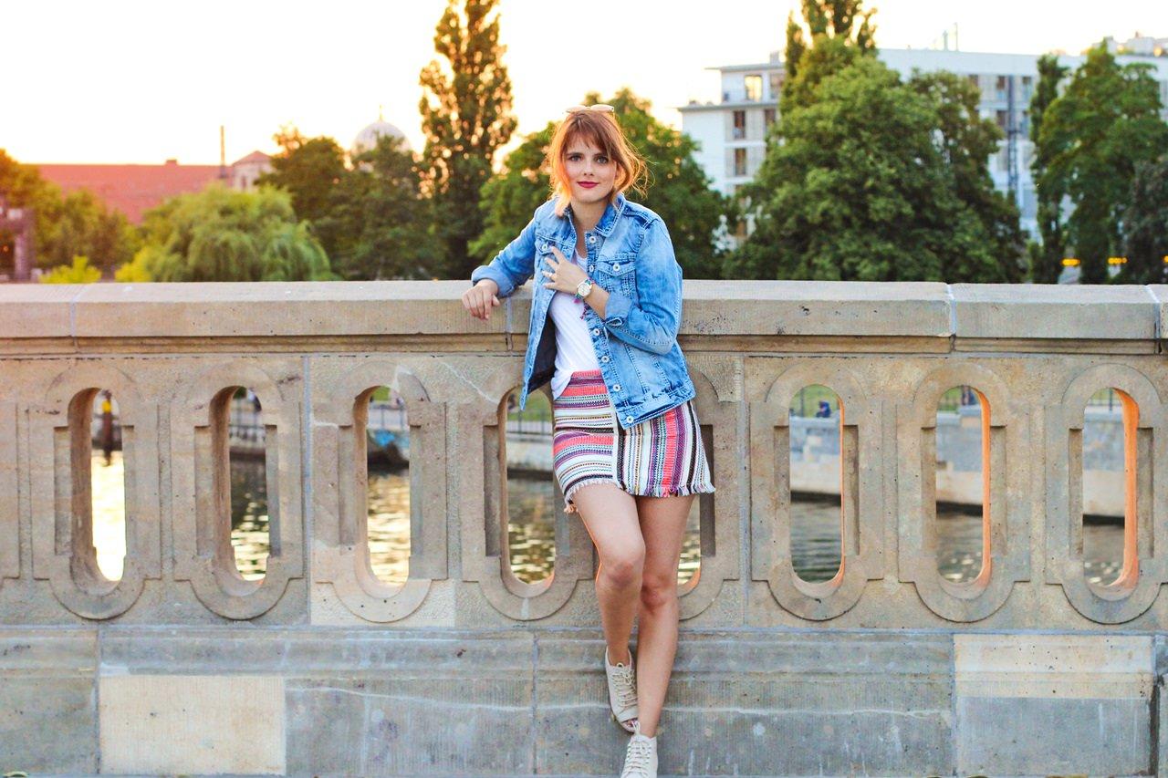 desbelleschoses-jeansjacke-runde-sonnenbrille-weißes-tshirt-sommer-berlin-museumsmeile 8