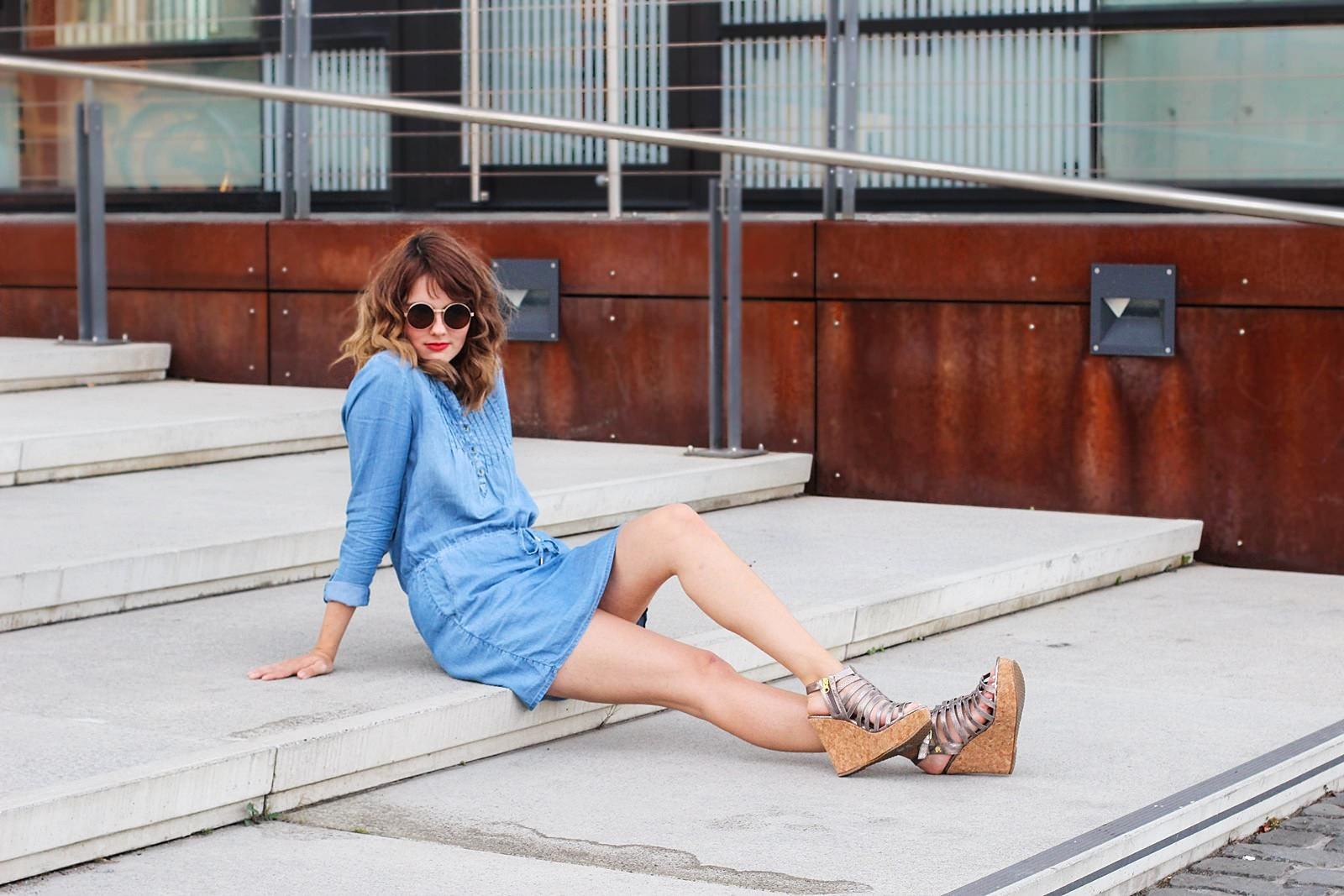 Chambrey-Jeans Kleid von Tom Tailor, goldene Plateau-Heels, runde Sonnenbrille am Rheinauhafen, Köln