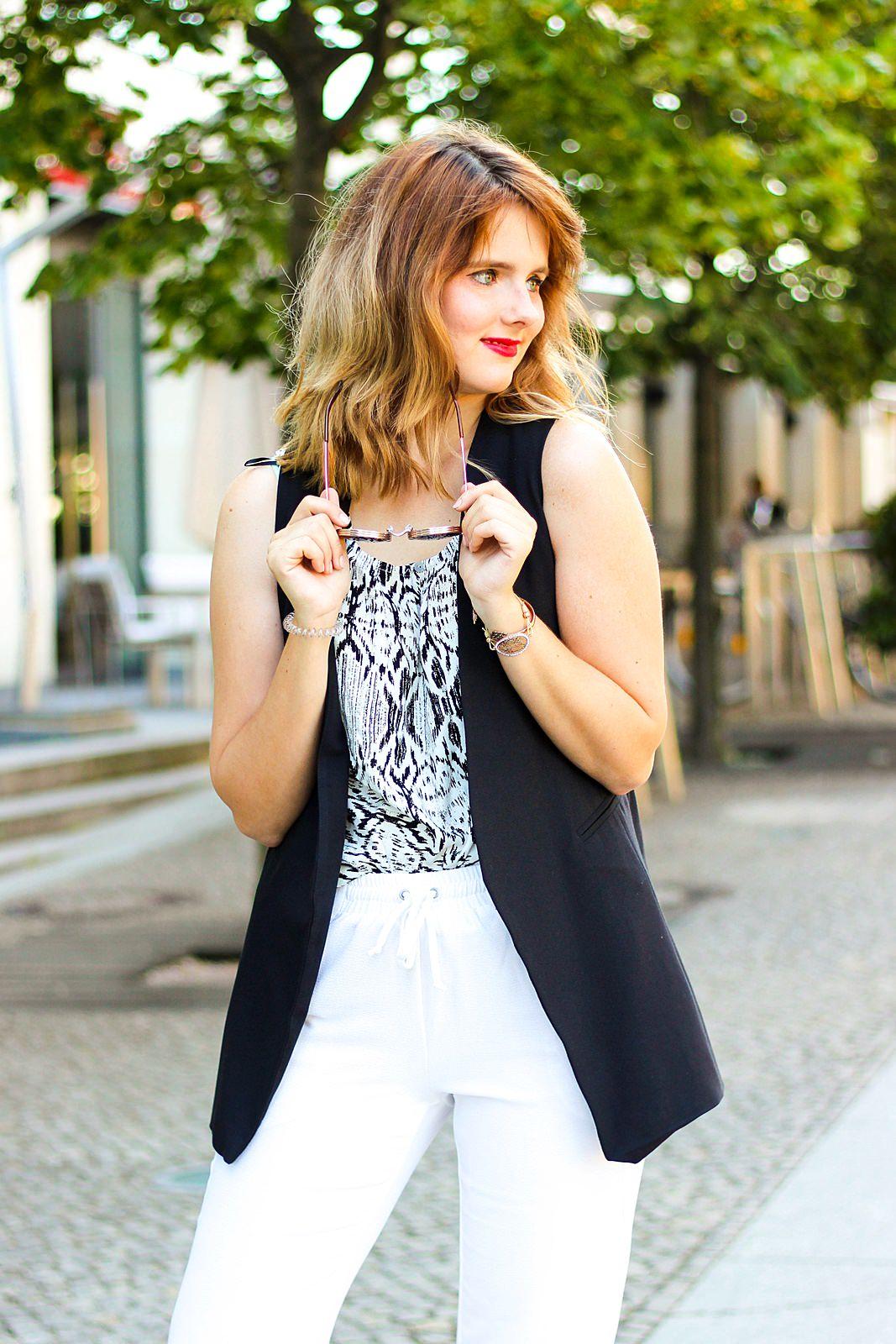 desbelleschoses-schwarz-weiß-look-auf-der-fashion-week-berlin-weiße-joggingpants-high-heels-peter-kaiser-retro-sonnenbrille 1