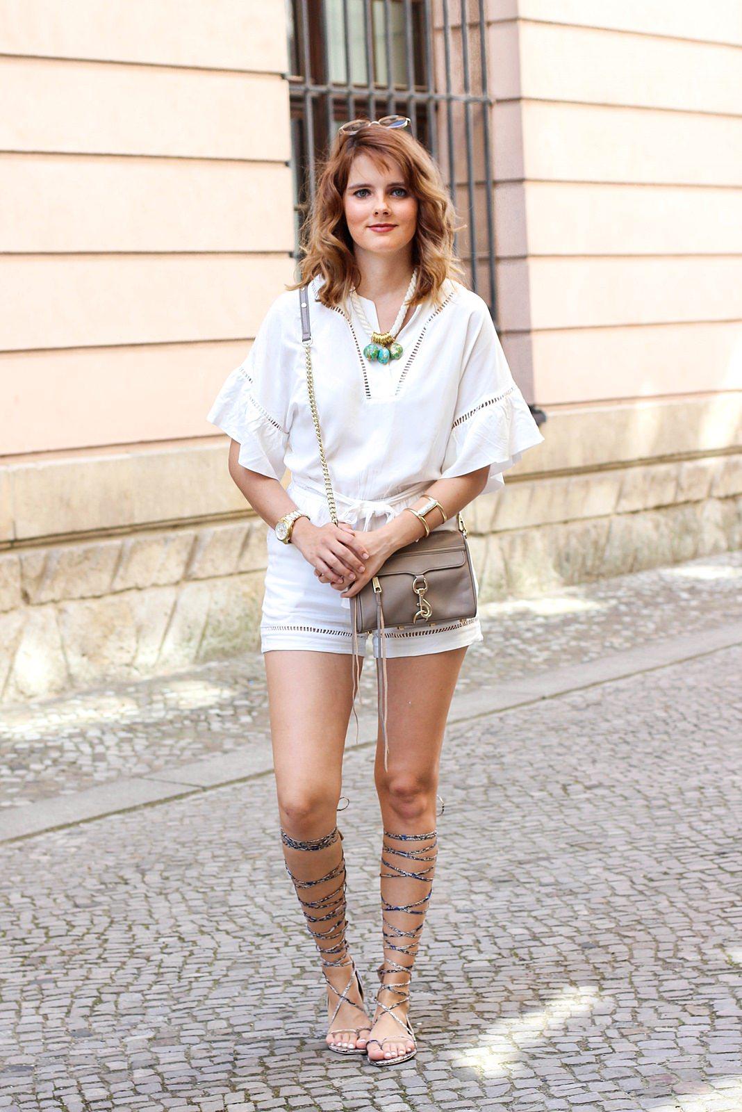 desbelleschoses-sommer-weißer-jumpsuit-gladiatorsandalen-in-berlin 3