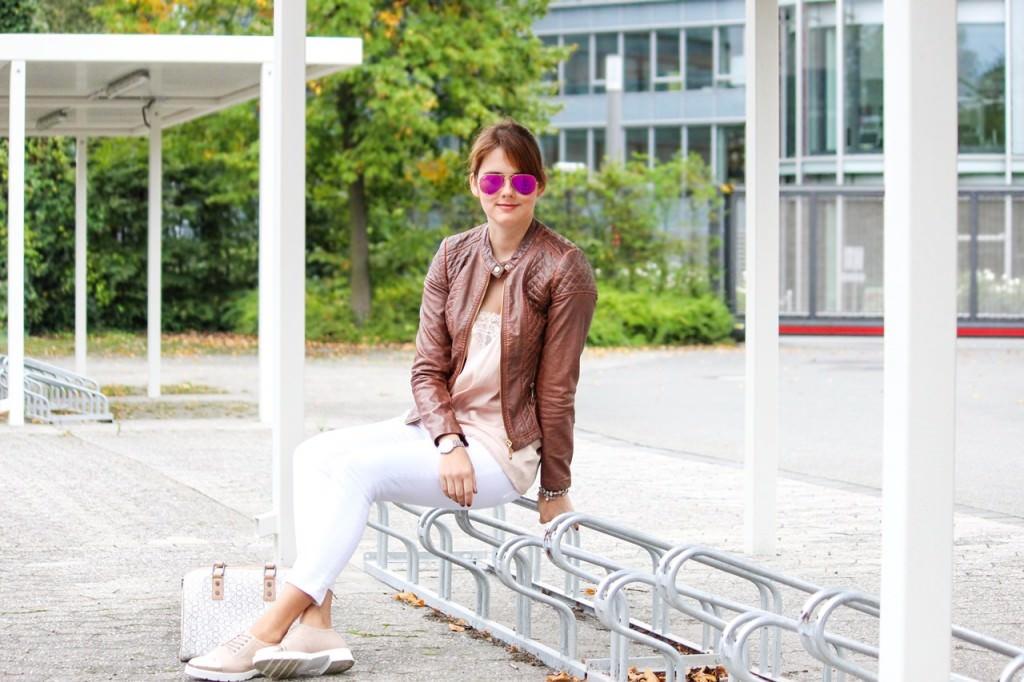 desbelleschoses-hart-trifft-zart-outfit-mit-silk-top-und-bikerlederjacke 1