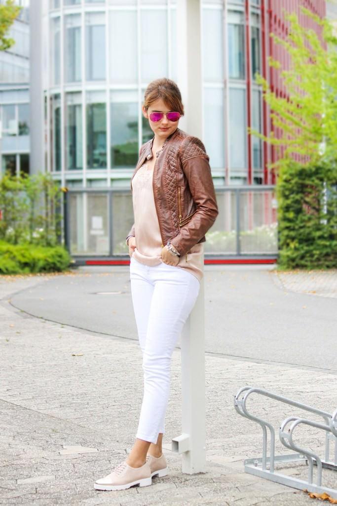 desbelleschoses-hart-trifft-zart-outfit-mit-silk-top-und-bikerlederjacke 2