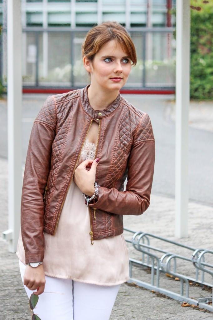 desbelleschoses-hart-trifft-zart-outfit-mit-silk-top-und-bikerlederjacke 4
