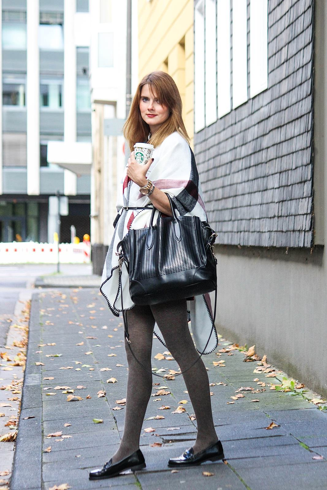 desbelleschoses-outfit-streetstyle-mit-kariertem-cape-suede-kleid-loafers 2