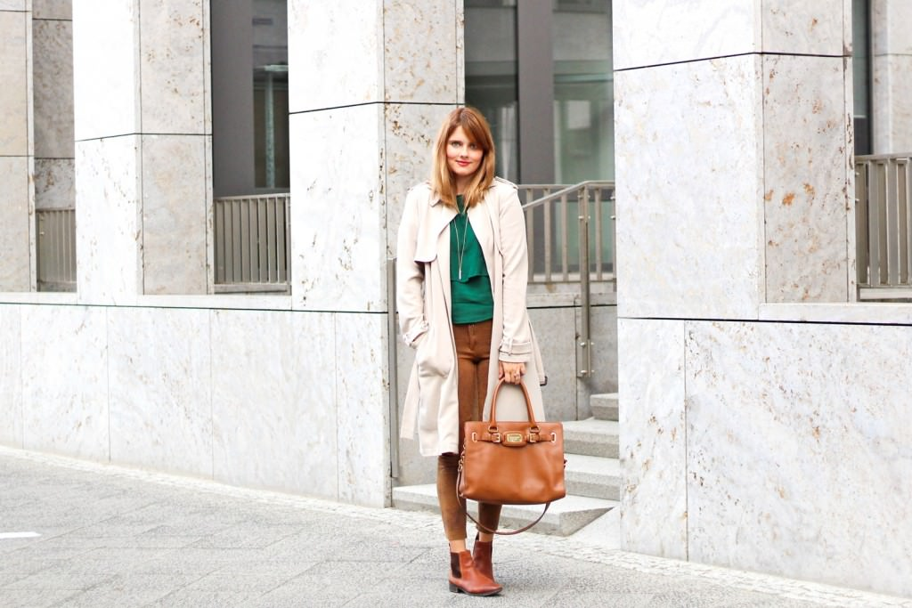 desbelleschoses-outfit-the-classic-trenchcoat-suede-leggings-michael-kors-hamilton-unterwegs-in-berlin 1