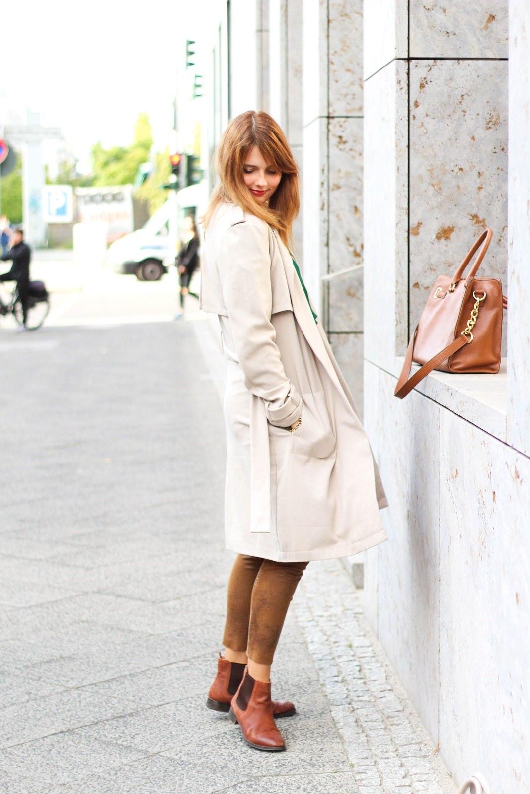 desbelleschoses-outfit-the-classic-trenchcoat-suede-leggings-michael-kors-hamilton-unterwegs-in-berlin 10