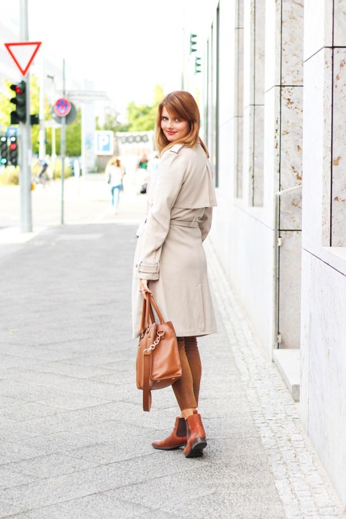 desbelleschoses-outfit-the-classic-trenchcoat-suede-leggings-michael-kors-hamilton-unterwegs-in-berlin 13