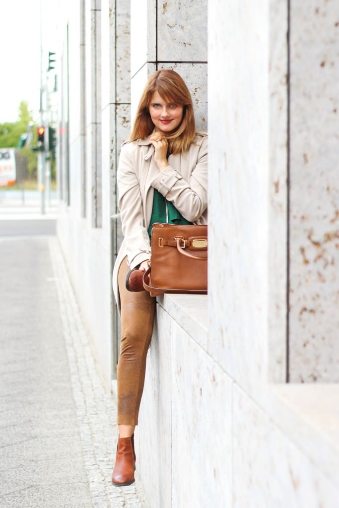 desbelleschoses-outfit-the-classic-trenchcoat-suede-leggings-michael-kors-hamilton-unterwegs-in-berlin 7