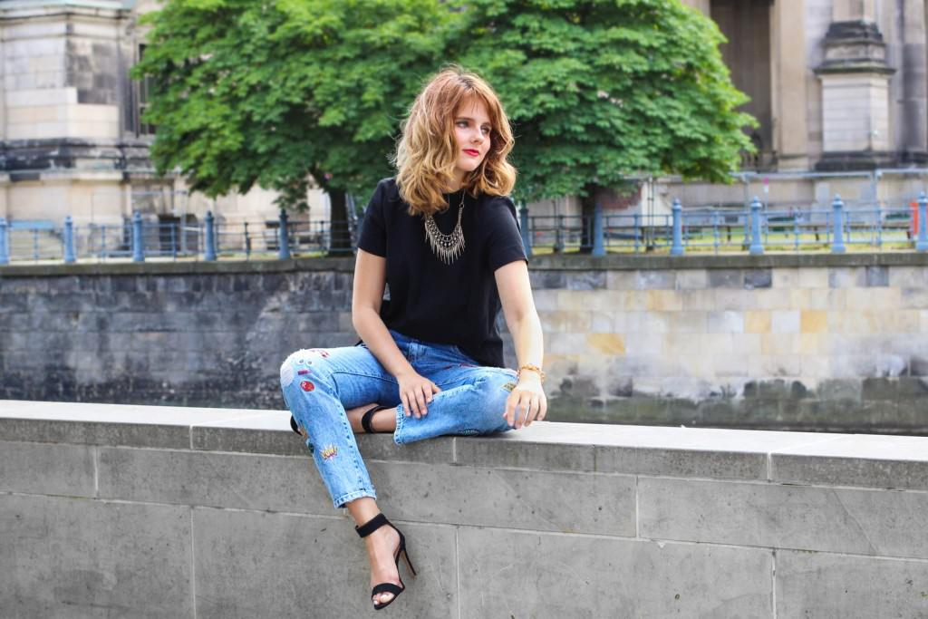 desbelleschoses-outfit-zara-jeans-mit-patches-cos-shirt-mit-cut-out-high-heels 10