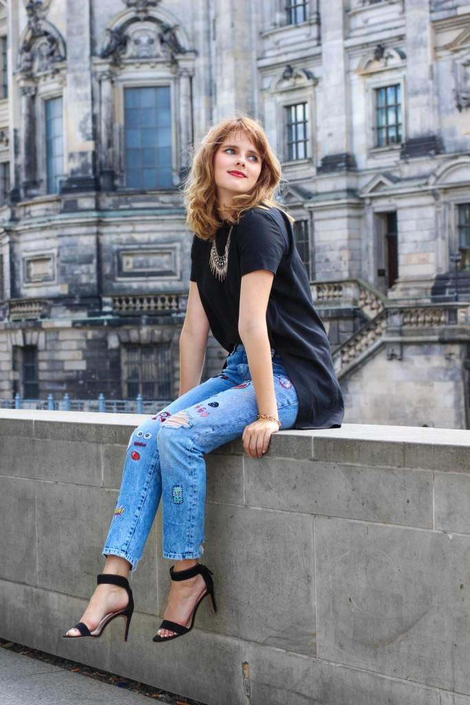 desbelleschoses-outfit-zara-jeans-mit-patches-cos-shirt-mit-cut-out-high-heels 11