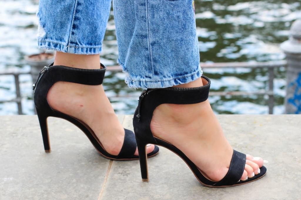 desbelleschoses-outfit-zara-jeans-mit-patches-cos-shirt-mit-cut-out-high-heels 7