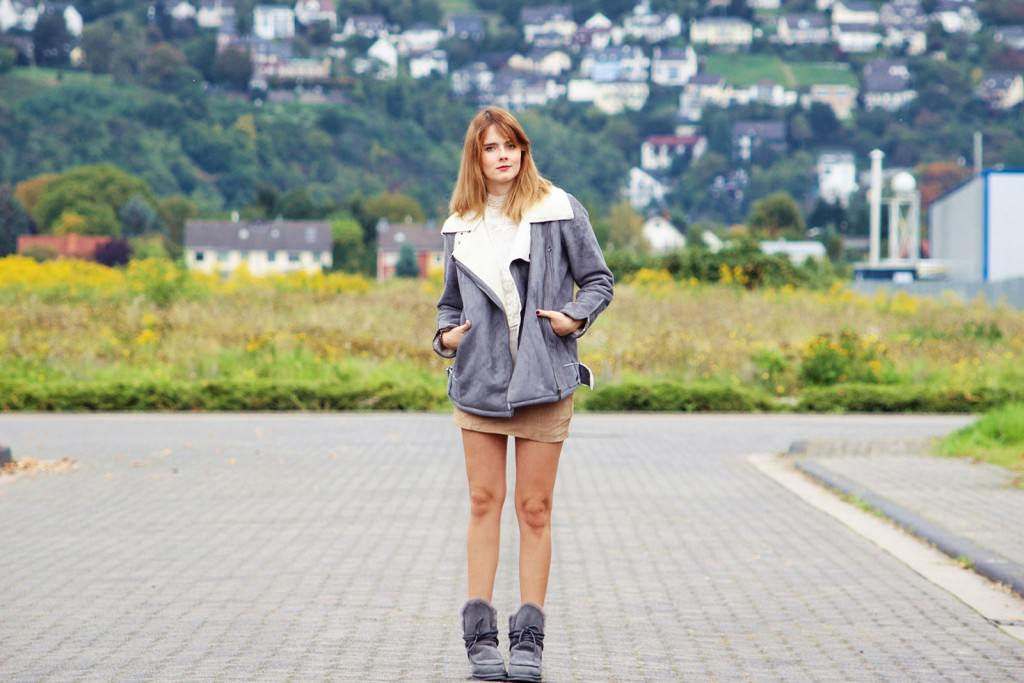 desbelleschoses-cozy-autumn-graue-bikerjacke-in-lammfelloptik-suede-minirock-emu-winterboots 1