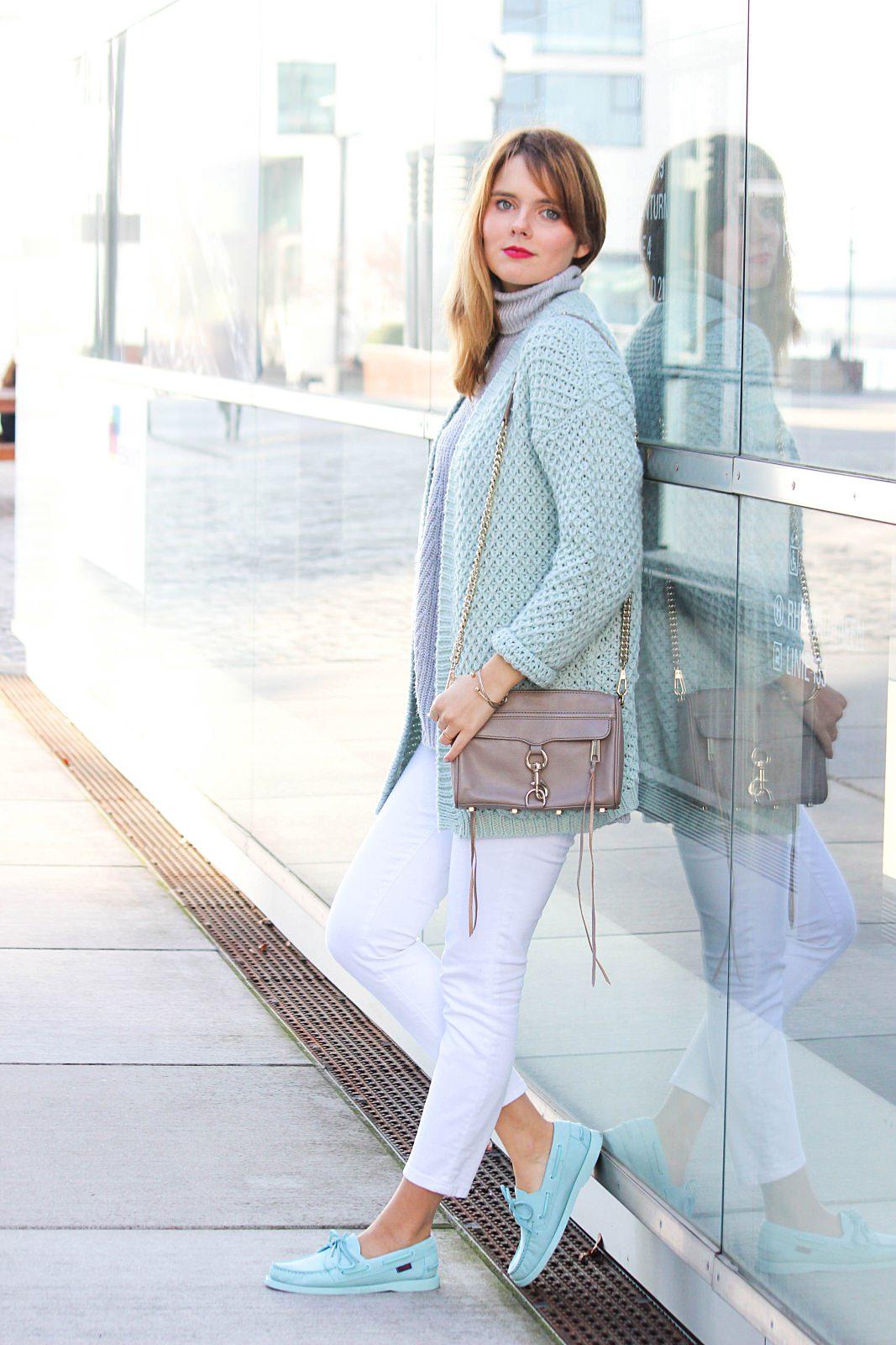 desbelleschoses-outfit-oversized-knit-in-pastellfarben-sebago-docksides-rebecca-minkoff-mini-mac 2