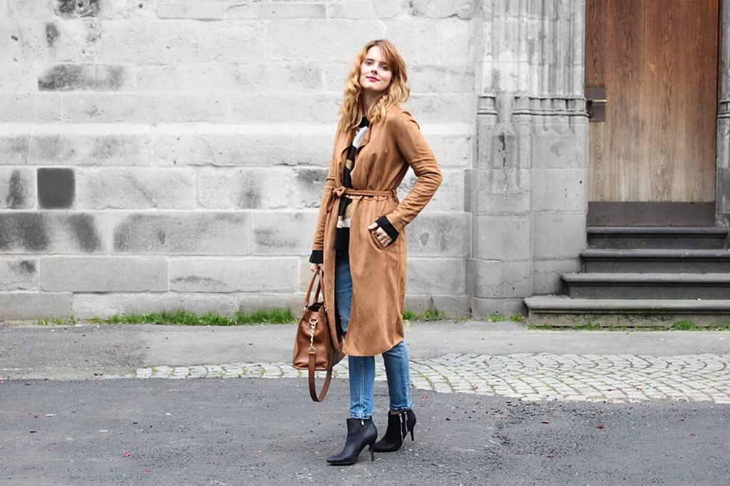 desbelleschoses-outfit-70er-jahre-trend-im-herbst-brauner-suede-trenchcoat 1