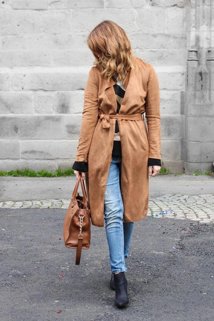 desbelleschoses-outfit-70er-jahre-trend-im-herbst-brauner-suede-trenchcoat 4