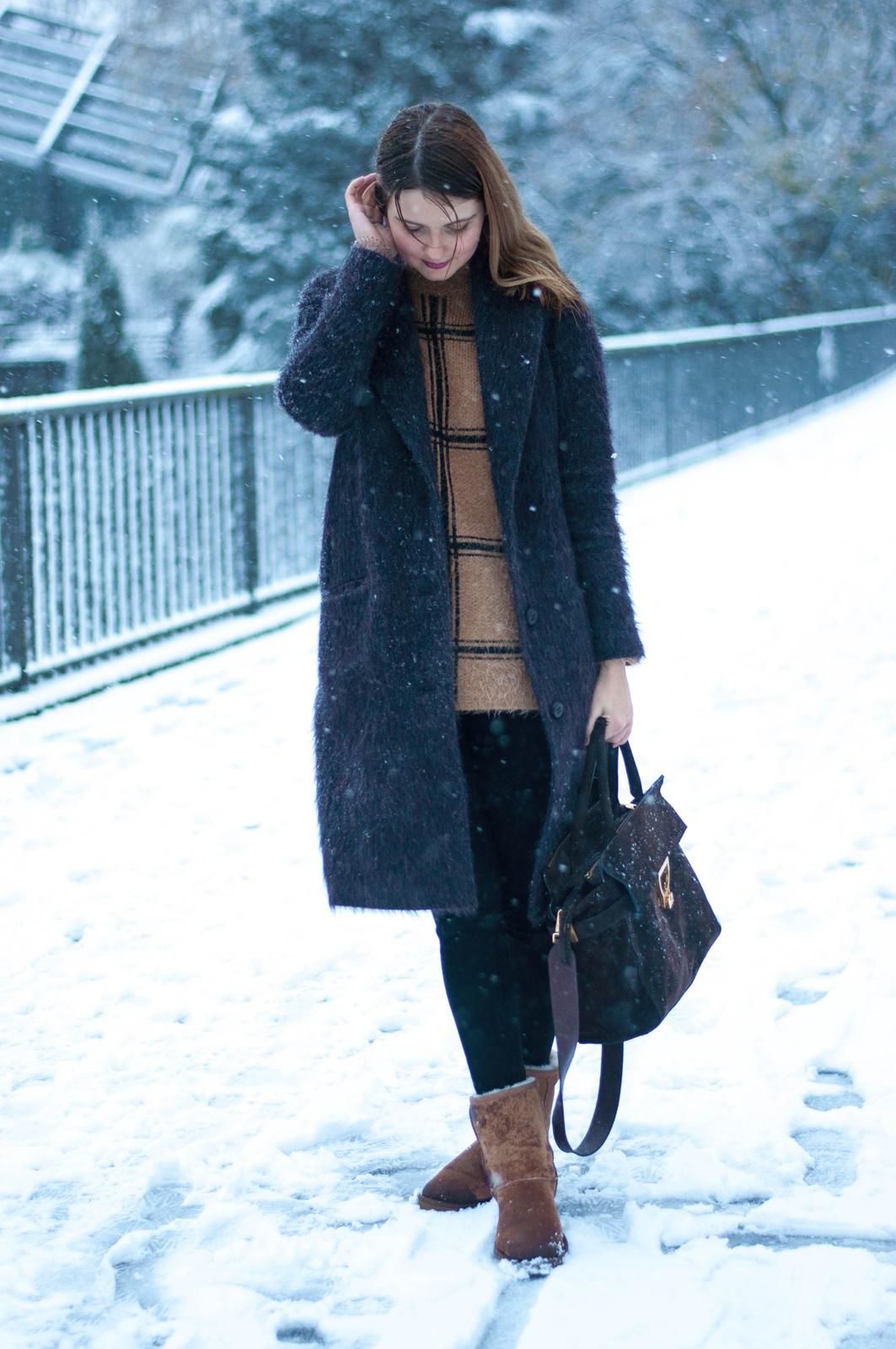 desbelleschoses-winterliches-outfit-der-erste-schnee-in-hamburg-cinque-mantel-ugg-boots-coccinelle-tasche 9