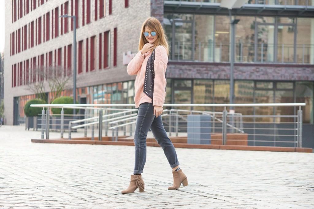 desbelleschoses-fashion-blog-deuschland-köln-70ies-trends-im-winter-outfit-mit-rollkragen-pullover-und-fransen 1