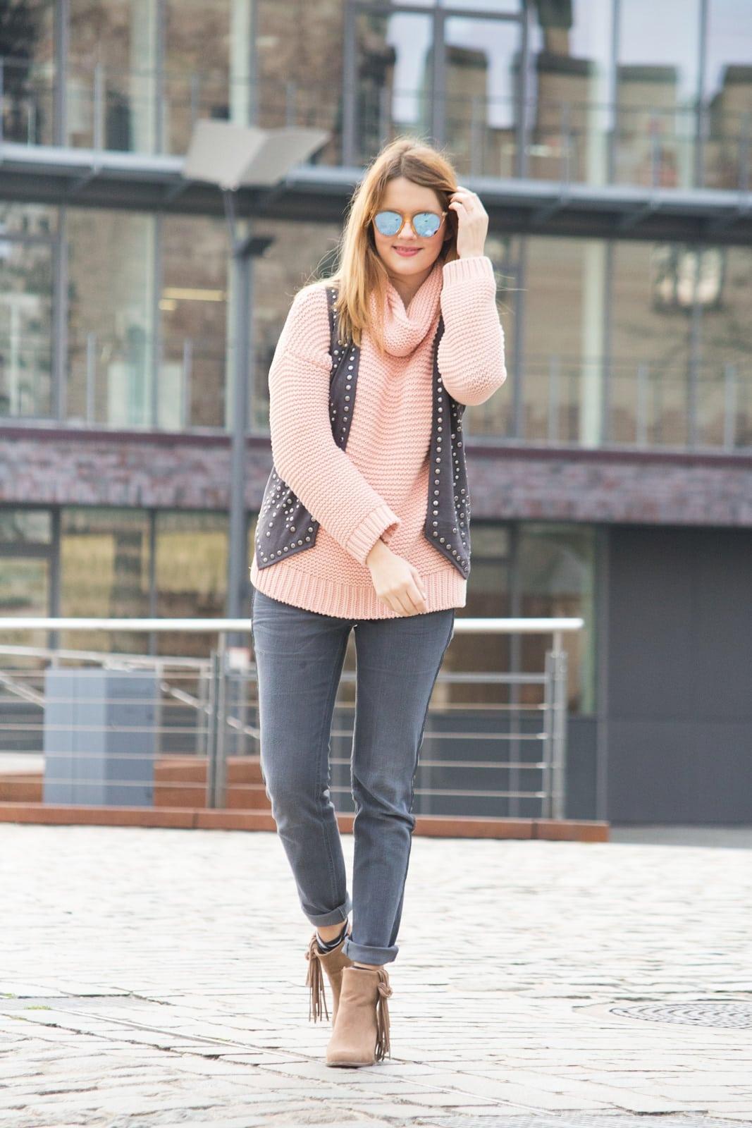 70ies Trends im Winter: Outfit mit Rollkragenpullover & Nietenweste