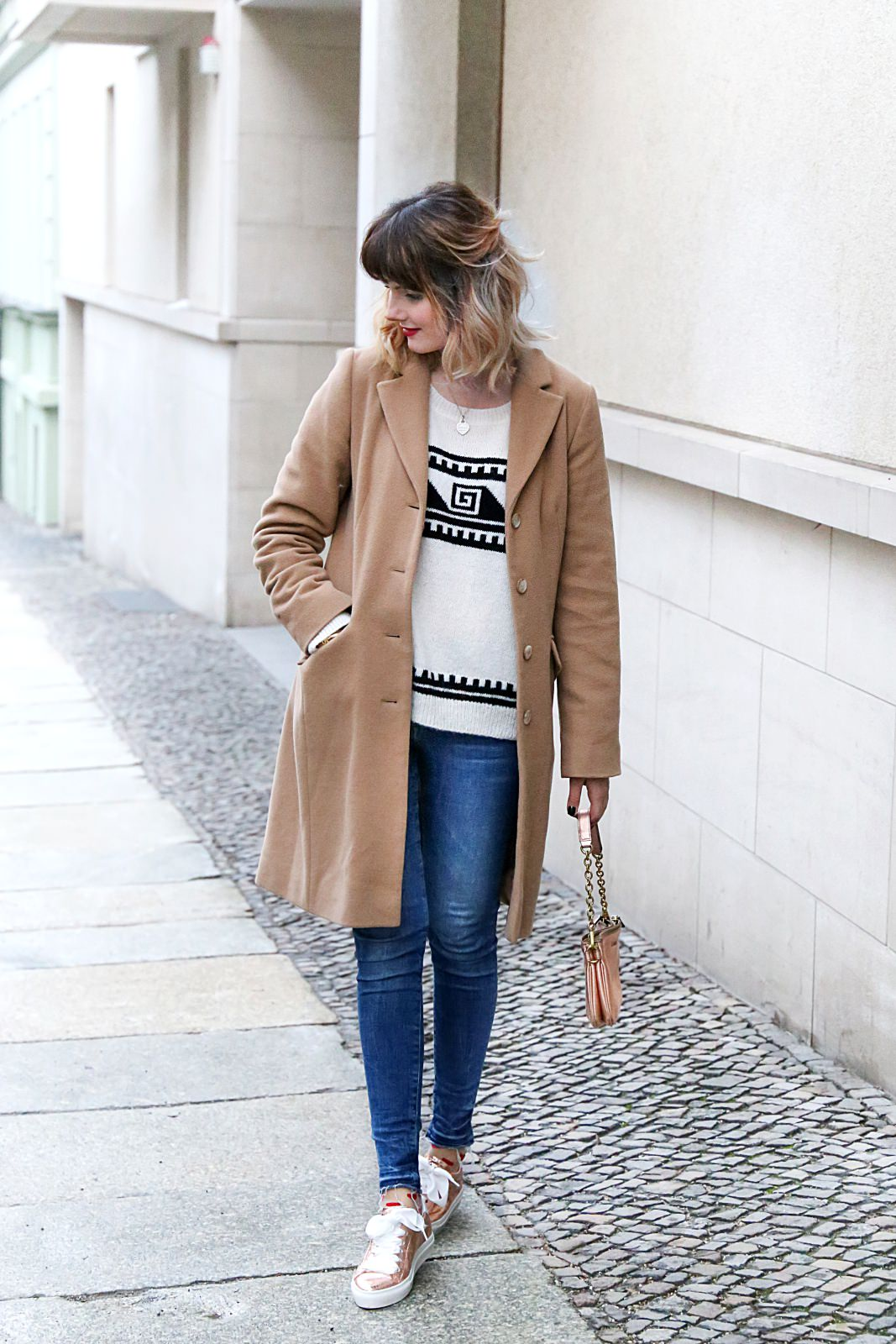 desbelleschoses-fashion-blog-köln-streetstyle-in-berlin-casual-vor-der-fashion-week-camel-mantel-rosegoldene-sneakers 1