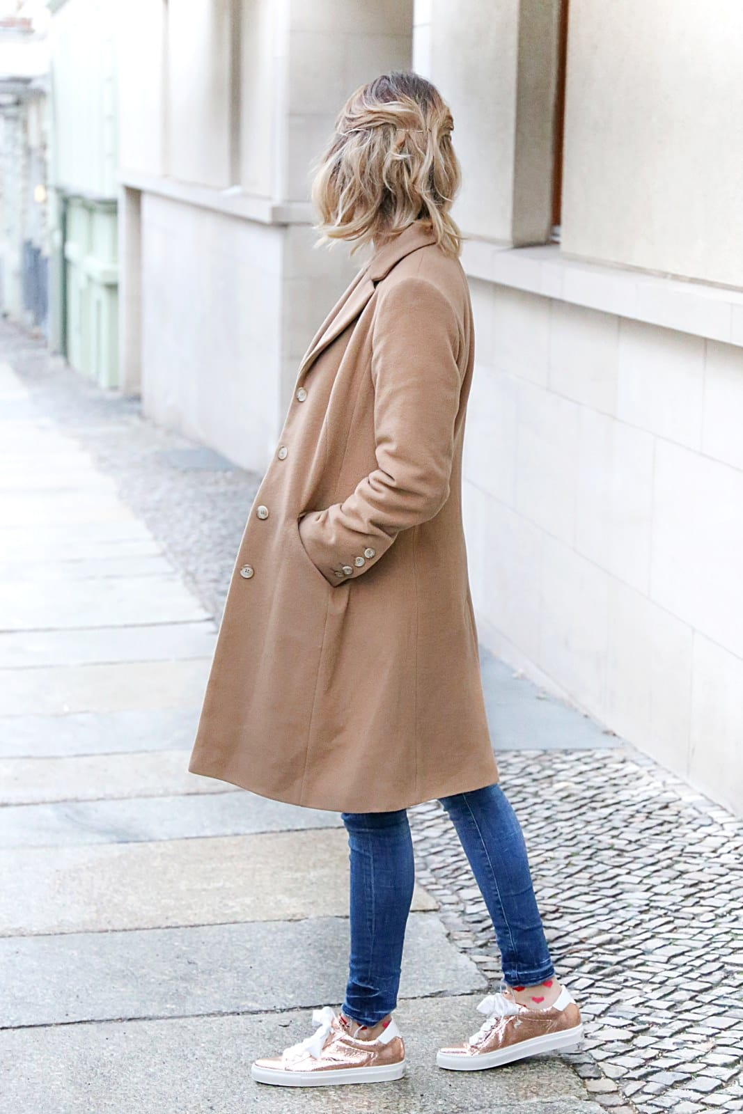 desbelleschoses-fashion-blog-köln-streetstyle-in-berlin-casual-vor-der-fashion-week-camel-mantel-rosegoldene-sneakers 2