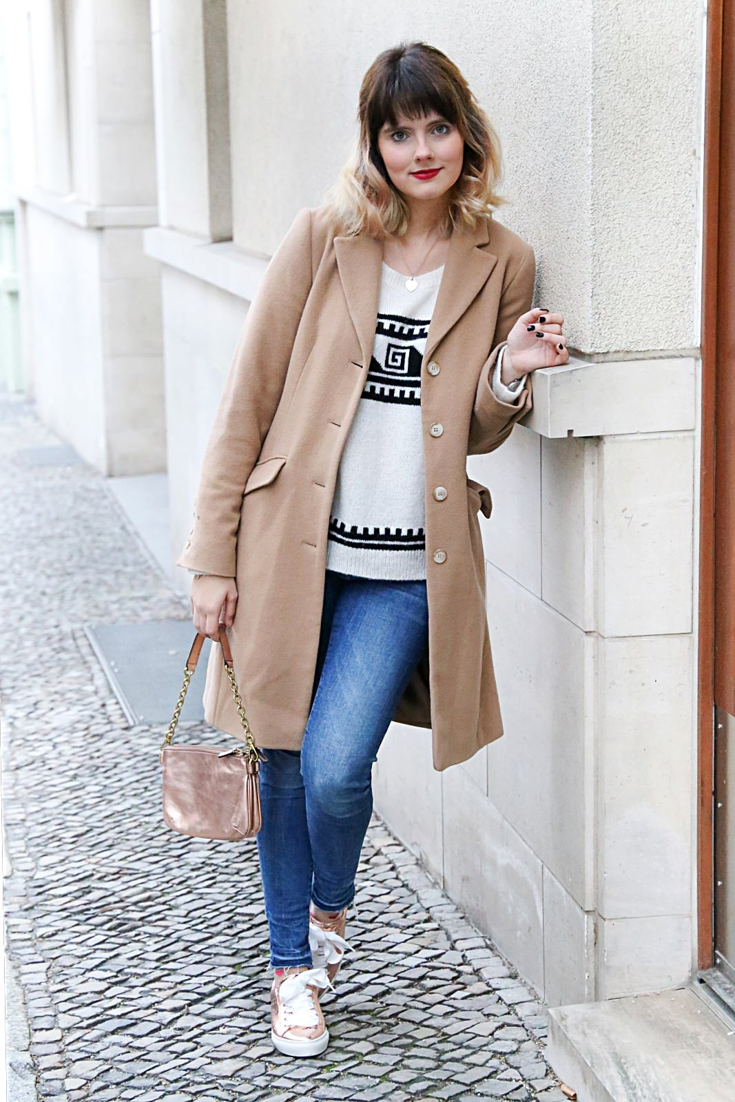 desbelleschoses-fashion-blog-köln-streetstyle-in-berlin-casual-vor-der-fashion-week-camel-mantel-rosegoldene-sneakers 3