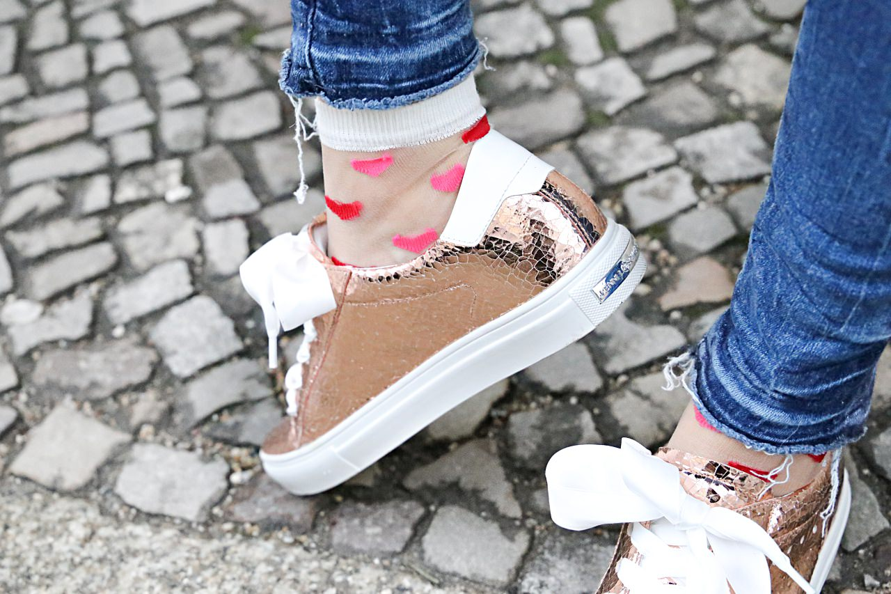 desbelleschoses-fashion-blog-köln-streetstyle-in-berlin-casual-vor-der-fashion-week-camel-mantel-rosegoldene-sneakers 6