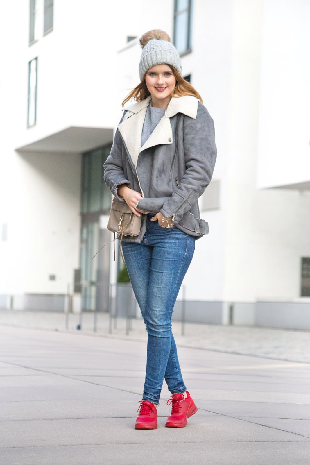desbelleschoses-outfit-mit-nike-air-max-thea-rote-sneakers-im-fokus-bikerjacke-blue-jeans-mütze 6