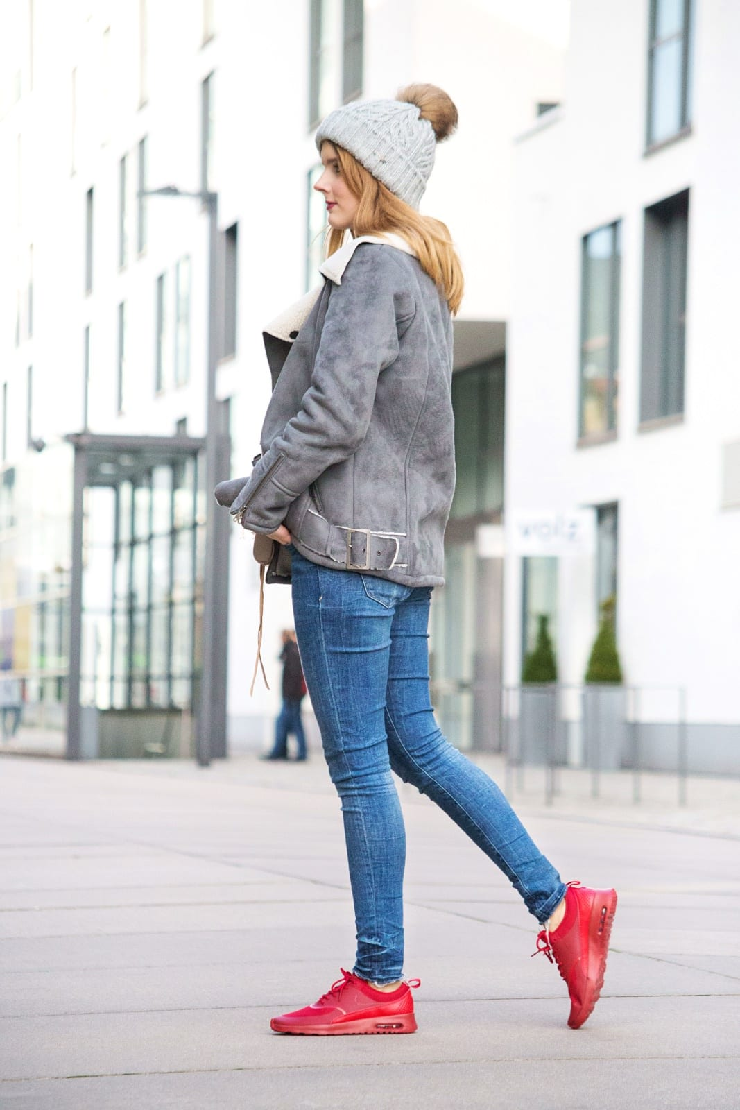 desbelleschoses-outfit-mit-nike-air-max-thea-rote-sneakers-im-fokus-bikerjacke-blue-jeans-mütze 7