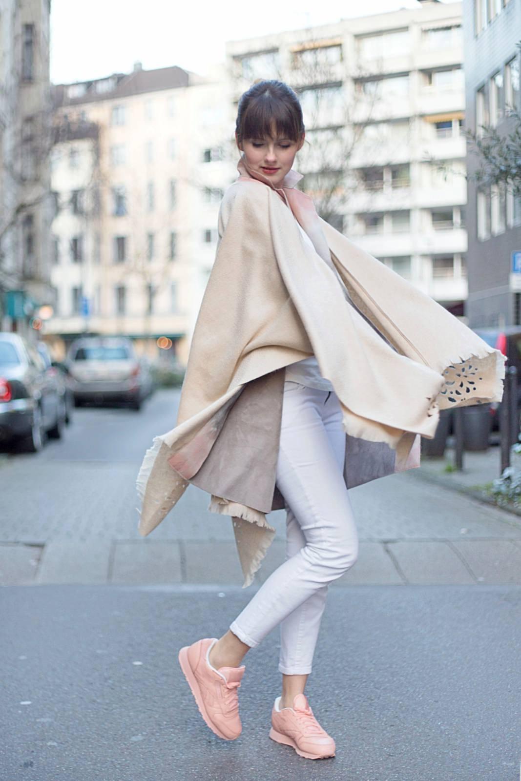 Das erste Outfit für den Frühling – Fraas Cape & Reebok Classics