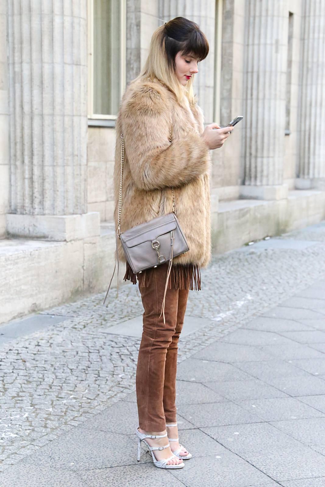 Outfit mit brauner Lederhose & Fake-Fur Jacke