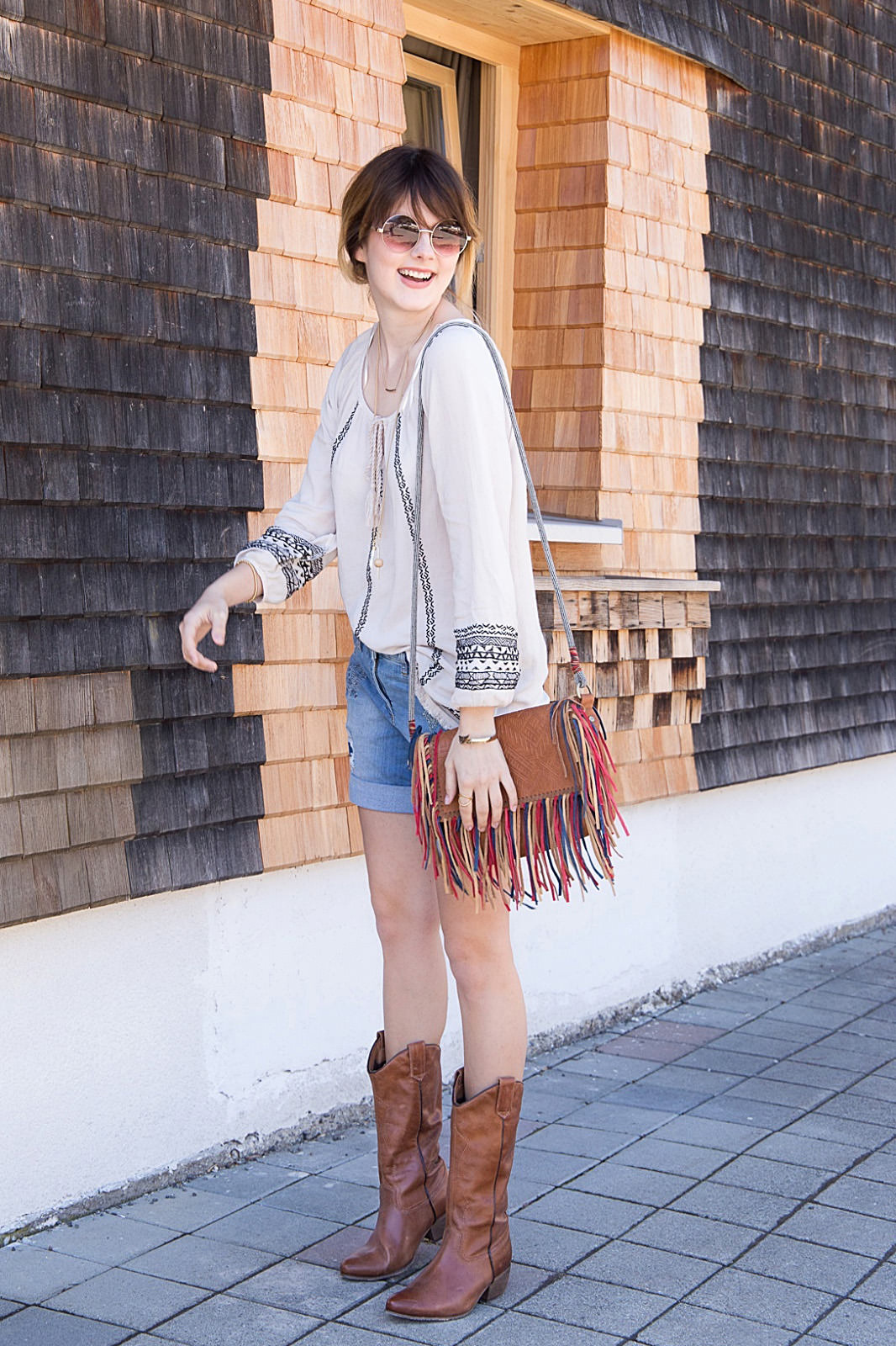 Happy Hippie: Boho-Outfit mit Shorts & Cowboy Boots