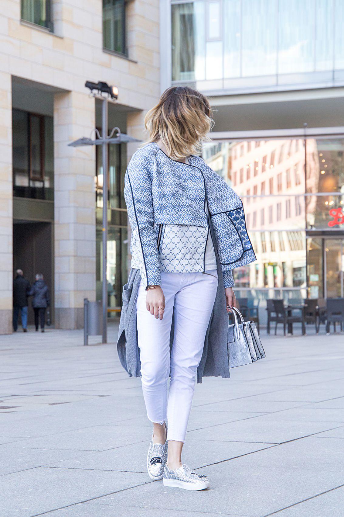 Fashion Look in Dresden mit Chiara Ferragni Loafers, weißer Slim Jeans von Superdry, Bomberjacke von Tom Tailor, silberner Handtasche von Coccinelle und Schmuck von Pilgrim. Des Belles Choses, Fashion Blog Köln