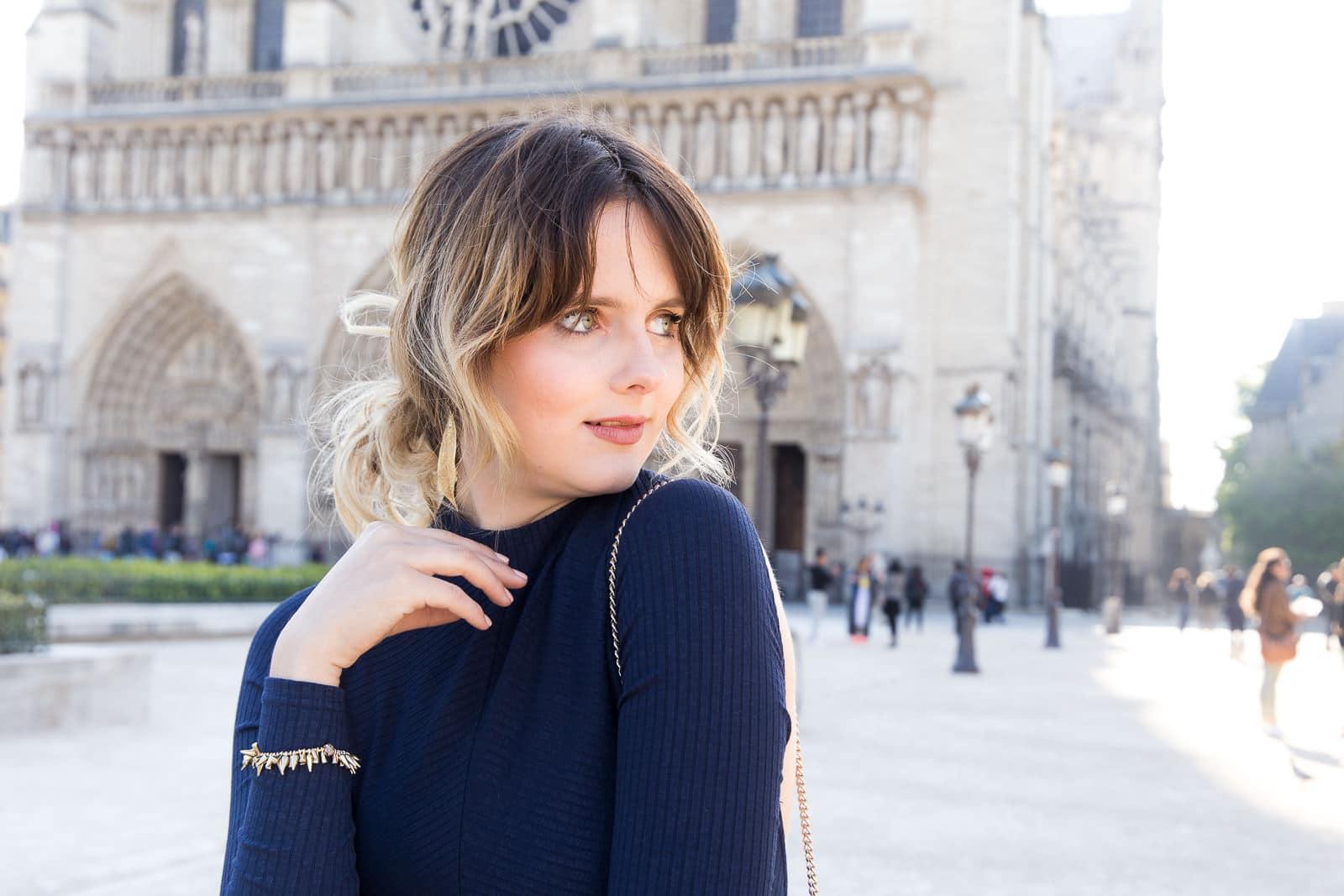 Outfit vor der Notre Dame in Paris: Rückenfreier Body und rote Palazzo Pants