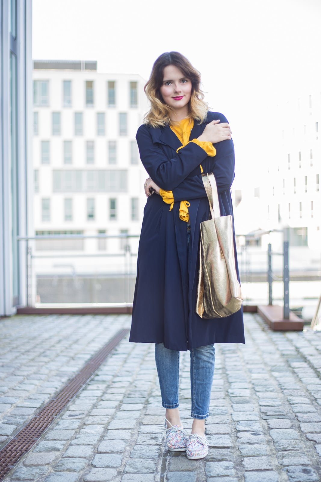Trendfarbe Gelb – Alltagslook mit Trenchcoat & Docksides