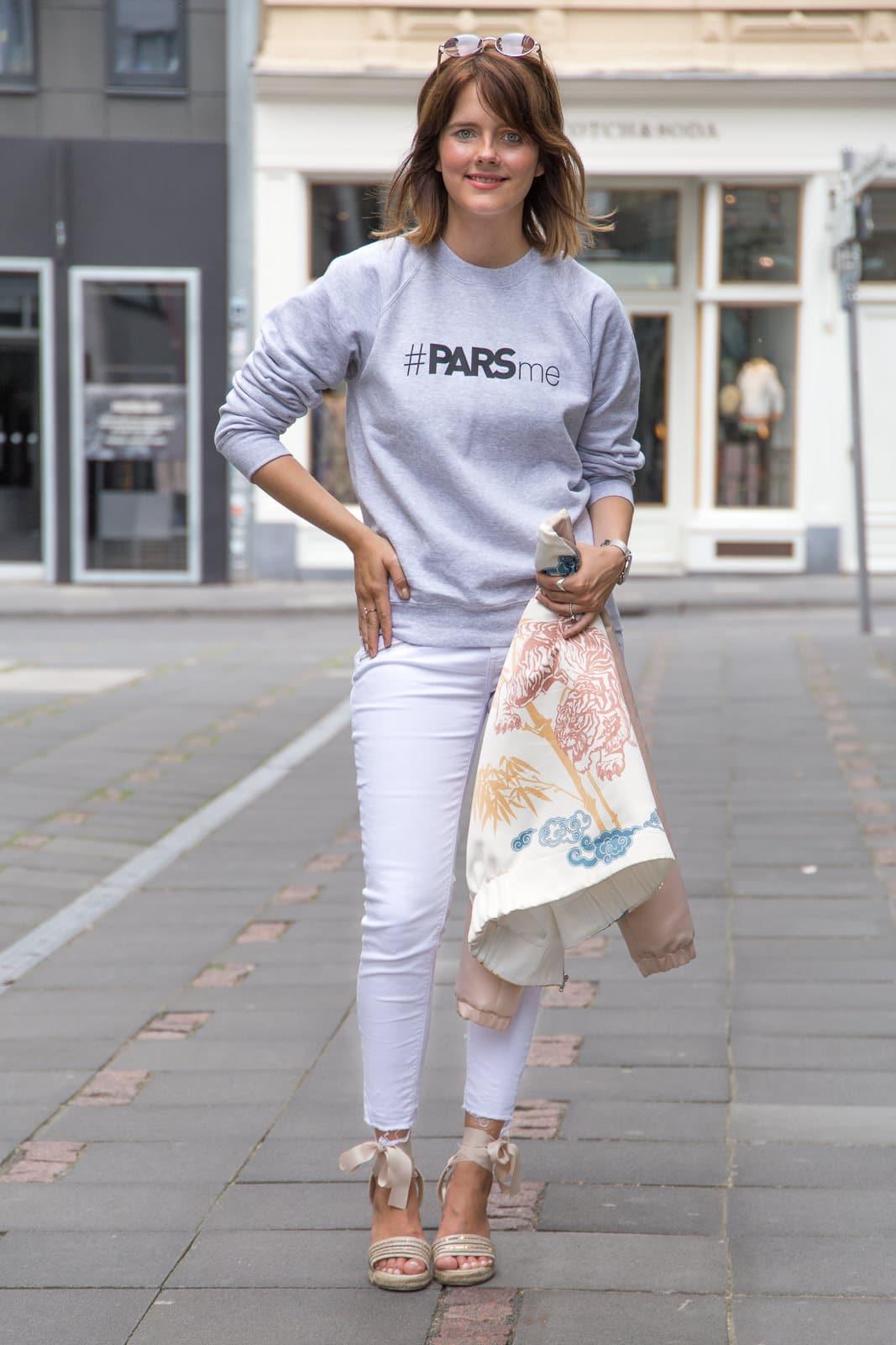 Trend Look: Grauer Sweater & Zara Bomberjacke mit Print