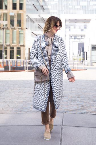 Outfit: Seidenbluse, Suede Chinos & Platform Espadrilles