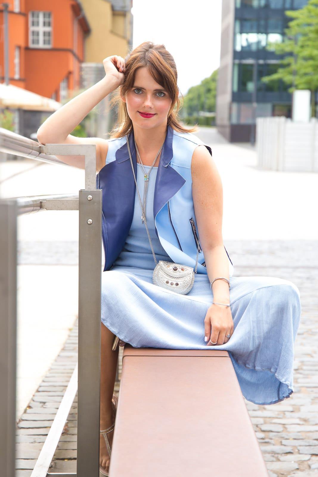 Ton-in-Ton Outfit: Wie kombiniere ich Maxikleid und Bikerweste?