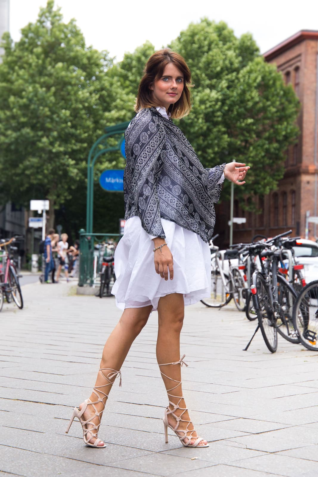 Fashion Week Look Sommer 2016: Hemdkleid & Strappy Heels