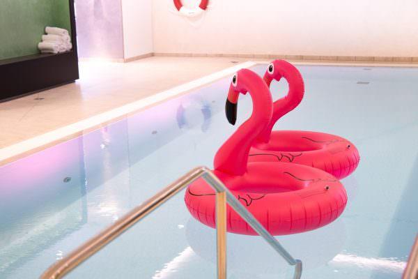 Radisson Blu Hotel Düsseldorf: Pool Party & Veganer Brunch
